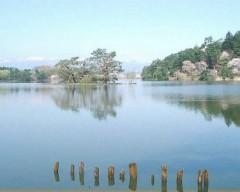 春の南湖。奥にそびえる山は那須連山です。